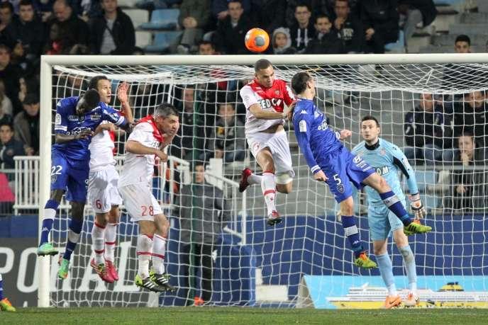 Layvin Kurzawa, de Monaco, et Sebastien Squillaci, de Bastia, pendant le match de Ligue 1 le 15 février à Bastia.