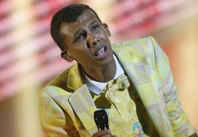 Stromae dans son costume jaune poussin aux 29es Victoires de la musique au Zénith de Paris, le 14 février.