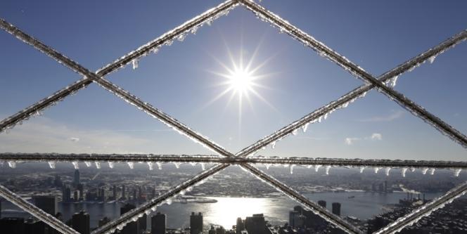 Le soleil se lève sur New York, vu depuis l'Empire State Building, le 14 février.