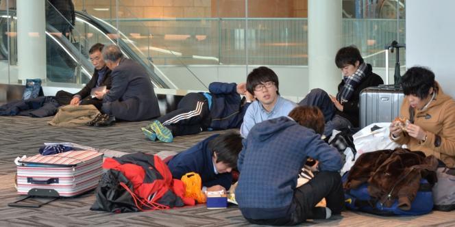 Attente dans l'aéroport Haneda de Tokyo, le 15 février.