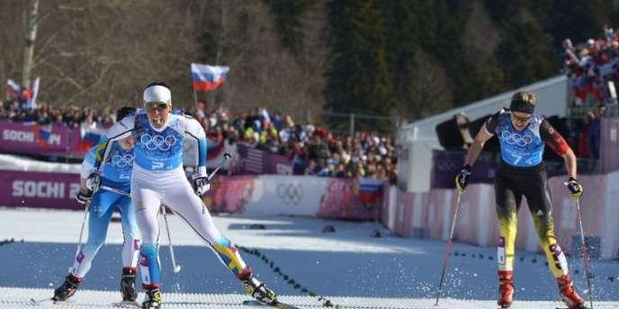 La Suède franchit en tête la ligne d'arrivée du relais féminin de ski de fond, aux JO 2014 de Sotchi.