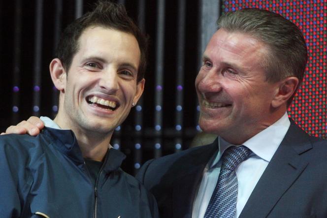 Serguei Bubka congratule Renaud Lavillenie samedi 15 février au meeting de Donetsk après que le Français a battu le record mondial que le