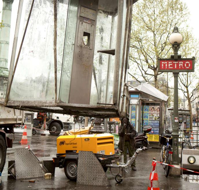 Enlèvement d'une cabine téléphonique à Paris, en 2012. Au 1er janvier, 95 750 étaient encore en service sur l'ensemble du territoire.