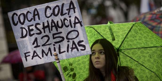 Une jeune fille brandit un panneau