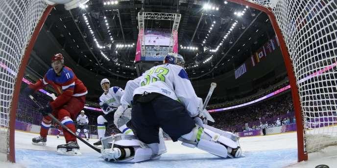 Le hockeyeur russe Evgueni Malkine dans ses œuvres contre la Slovénie aux JO 2014.
