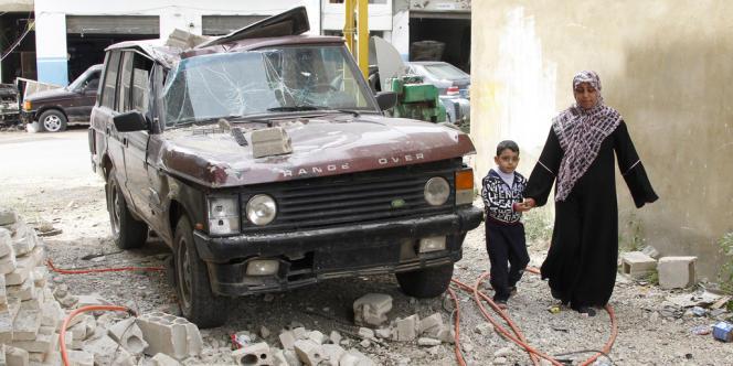 Véhicule touché par une roquette tirée par des rebelles syriens, dans la ville d'Hermel, au Liban. [