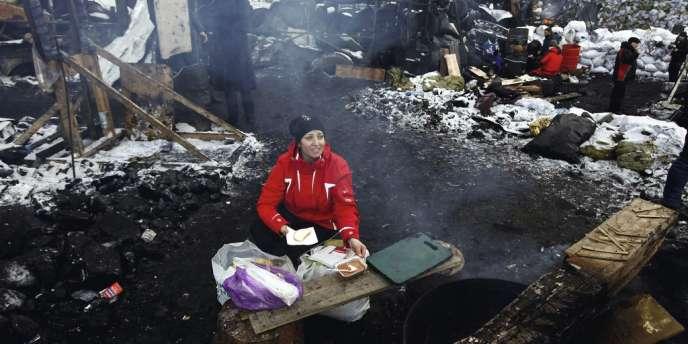 Place Maïdan, le 31 janvier, une femme sert du bortsch, classique de la cuisine d'Europe de l'Est, aux opposants à Viktor Ianoukovitch réunis ici depuis fin novembre.