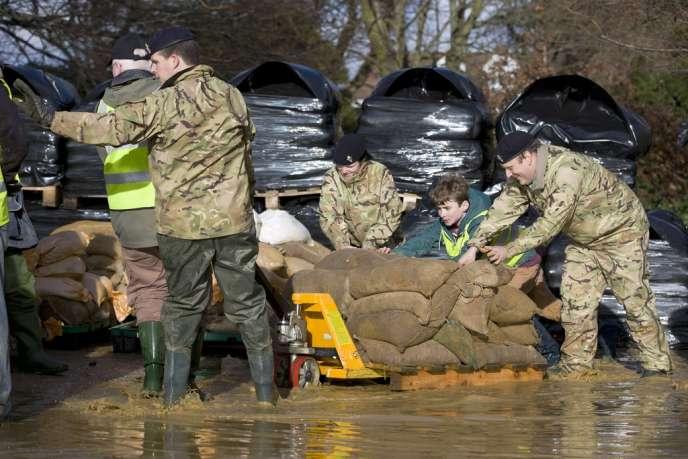Des sacs de sable pour bloquer les inondations, à Egham, à l'ouest de Londres, le 15 février.