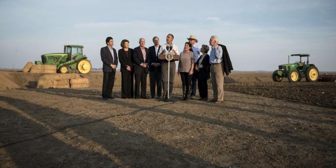 Le président Barack Obama en visite dans une ferme de Californie touchée par la sécheresse, le 14février.