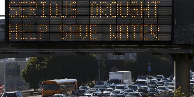 Panneau d'information pour économiser l'eau à cause de la sécheresse, à Los Angeles (Californie), le 13février.