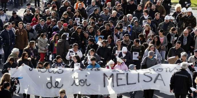 Plus de 500personnes se sont rassemblées dimanche 16 février après la mort de Melisa, la fillette dans l'incendie d'un important camp de Roms à Bobigny.
