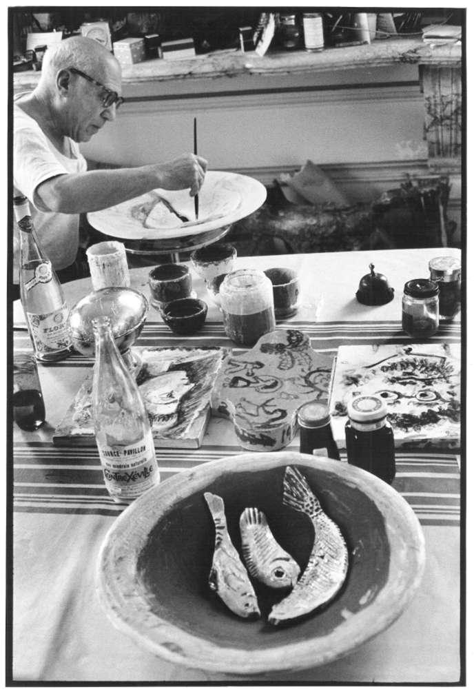 Picasso dans son atelier de Cannes s'adonne à sa passion : la céramique (avril 1957).