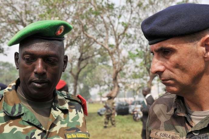 Francisco Soriano, commandant de la force française Sangaris, et Athanase Kararuza, chef de l'opération de maintien de la paix Misca, le 5 février à Bangui.