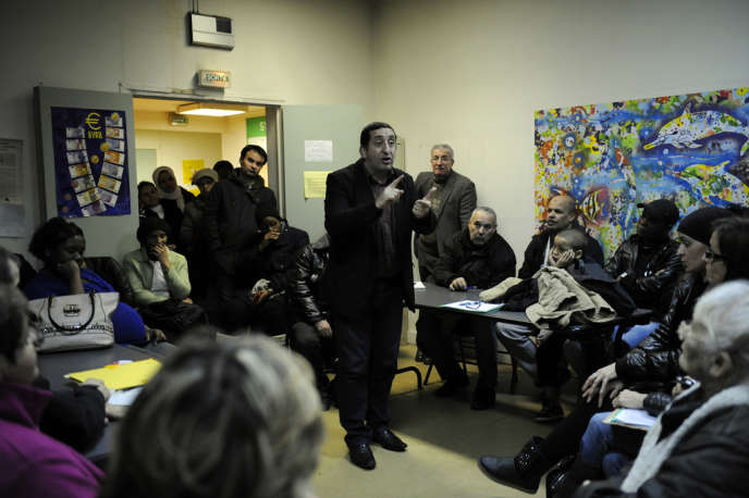 Azzédine Taïbi,  lors d'un conseil de quartier à Stains (Seine-Saint-Denis), le 6 février. Capucine Granier-Deferre pour Le Monde
