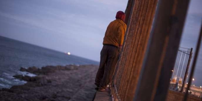 Ceuta et Melilla constituent les deux seules frontières terrestres entre l'Afrique et l'Europe. Des centaines de migrants se regroupent régulièrement du côté marocain, attendant le moment propice pour tenter de passer en force.