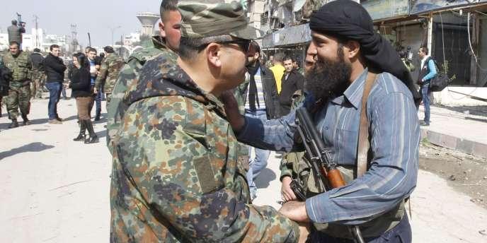 Un membre des rebelles syriens discute avec un officier.