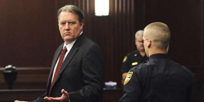 Michael Dunn a été reconnu coupable samedi soir de triple tentative de meurtre pour avoir tiré sur le véhicule où se trouvaient Jordan Davis, la victime, et trois autres adolescents noirs. Il a aussi été reconnu coupable d'avoir fait usage d'une arme mortelle, mais le jury n'a pas réussi à s'entendre pour dire s'il était coupable d'assassinat.