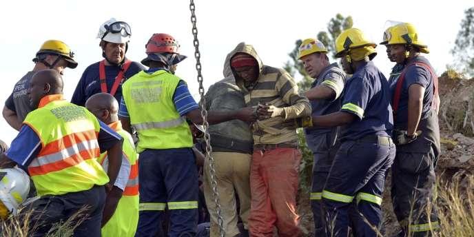Craignant d'être arrêtés pour travail clandestin et intrusion, un nombre inconnu d'hommes ont refusé de remonter à la surface.
