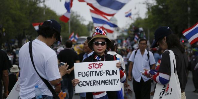 Les manifestants ont commencé à construire un mur de ciment devant les grilles du complexe où Yingluck et ses ministres n'ont pu se réunir depuis près de deux mois.