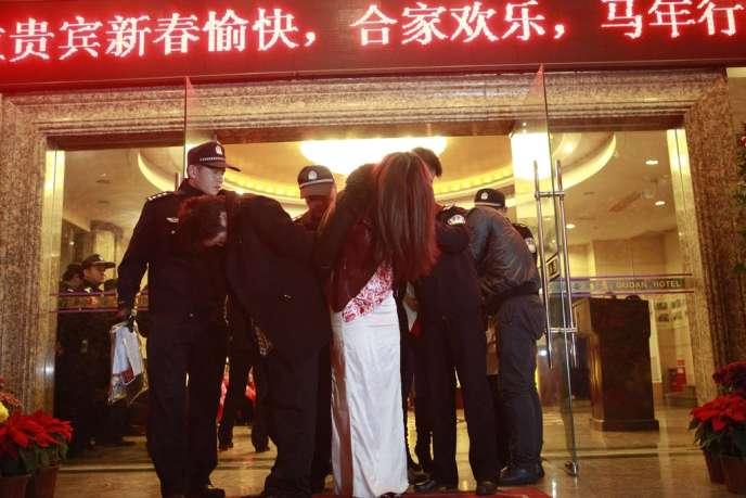 Près de 2000 policiers ont effectué des raids dans les hôtels de Dongguan, après la diffusion le 9 février de deux reportages sur la prostitution dans cette ville-usine de 8 millions d'habitants.