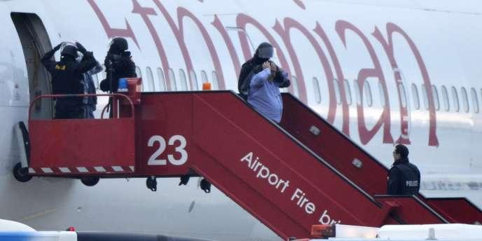 La police genevoise évacue l'appareil, le 17février, à l'aéroport international.