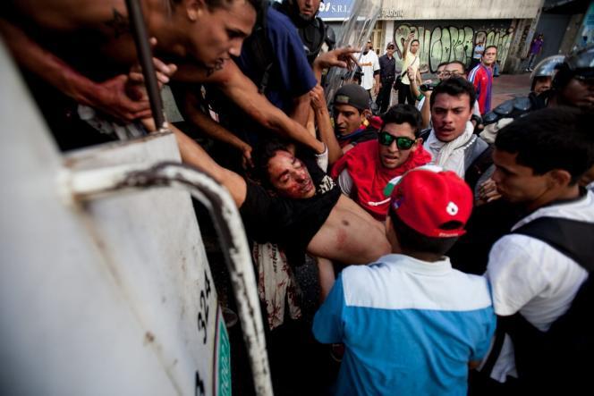 Le 12 février, trois personnes ont été tuées par balles et soixante autres blessées lors de manifestations contre le président Maduro, à Caracas.