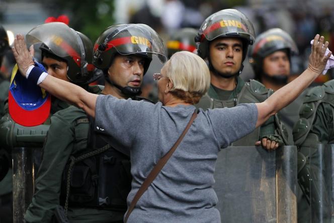 Une opposante vénézuélienne face à la police anti-émeute, lors d'une manifestation à Caracas, le 17 février.