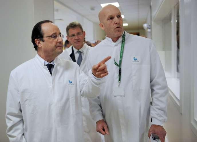 François Hollande aux côtés de deux dirigeants de Novo Nordisk, Lars Arnoldsen et Lars Rebien Sorensen, à Chartres le 17 février.