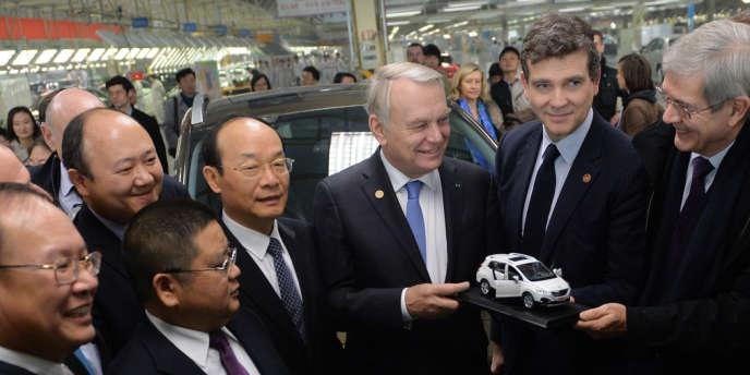 Xu Ping, patron de Dongfeng, Jean-Marc Ayrault, Arnaud Montebourg et Philippe Varin, président du directoire de PSA, à Wuhan, le 7 décembre 2013, sur un site industriel du constructeur automobile chinois.