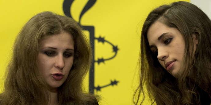 Les deux Pussy Riot, Maria Alekhina (à gauche) et Nadejda Tolokonnikova, lors d'une conférence de presse à New York, le 4 février 2014.