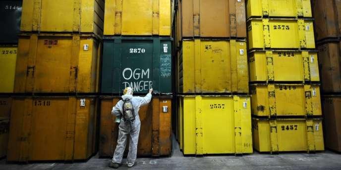 Un militant anti-OGM intervient sur un container appartenant à Monsanto, à Trèbes (Aude), en janvier 2014.