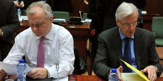 Les commissaires européens aux affaires économiques et monétaires, Olli Rehn (à gauche), et au marché intérieur et aux services financiers, Michel Barnier, le 18 février, à Bruxelles.