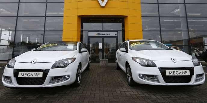 Deux voitures Renault devant une concession à Haguenau (Bas-Rhin), en janvier.