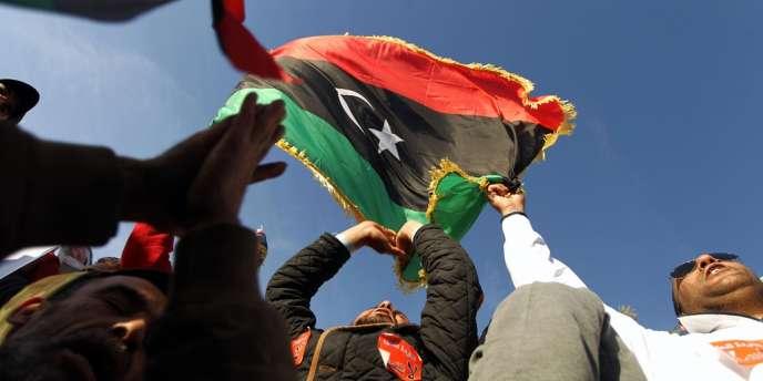Des Libyens manifestent contre la prolongation du mandat du Congrès général national, le 14 février, à Benghazi.