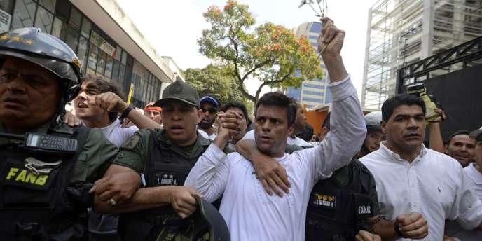 L'opposant Leopoldo Lopez escorté par la garde nationale après s'être rendu, le 18 février. AFP/JUAN BARRETO