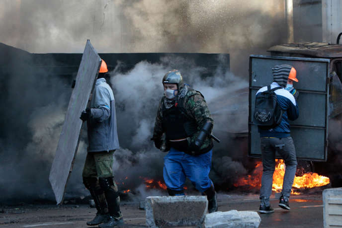 Des manifestants antigouvernementaux dans les rues de Kiev, le 18 février.