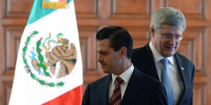 Le président mexicain, Enrique Peña Nieto (au premier plan), et le premier ministre canadien,  Stephen Harper, à Mexico, mardi 18 février.