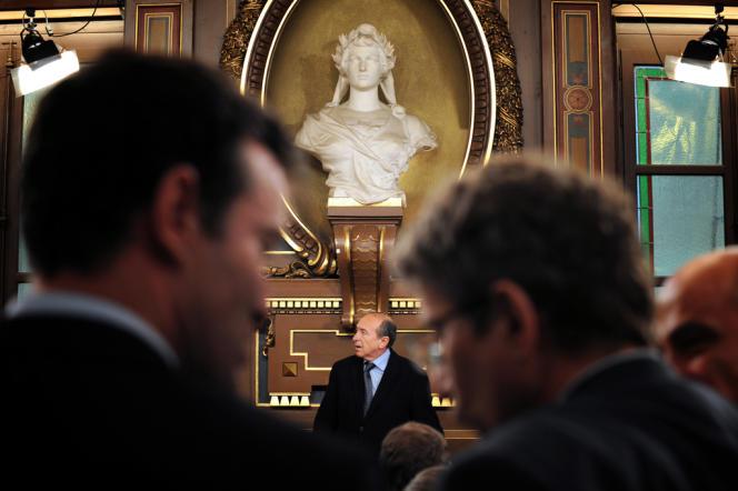Gérard Collomb prononce un discours après sa réélection par le conseil municipal, le 21 mars 2008 à Lyon.