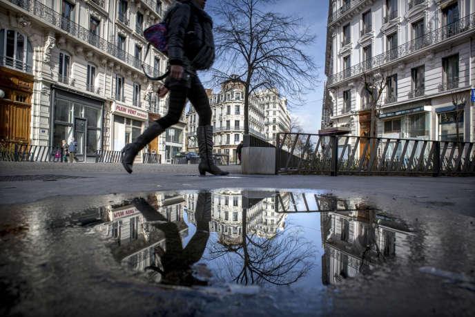 Commerces et habitants du quartier Grôlée, à Lyon.