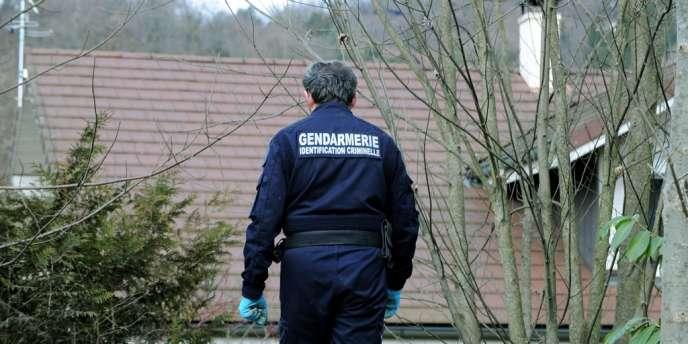Un enquêteur à Talloires, à la recherche d'indices au domicile du suspect interpellé, mardi 18 février 2014.