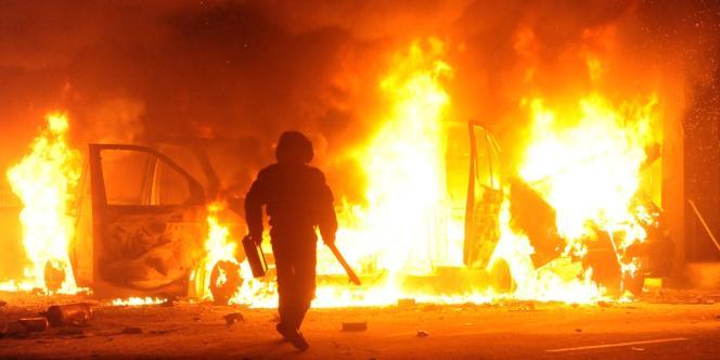 Véhicules en feu à Kiev, mardi 18 février.