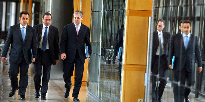 Nicolas Sarkozy, alors ministre de l'économie et des finances, avec Claude Guéant, son directeur de cabinet et François Pérol, son directeur de cabinet adjoint, en 2004.