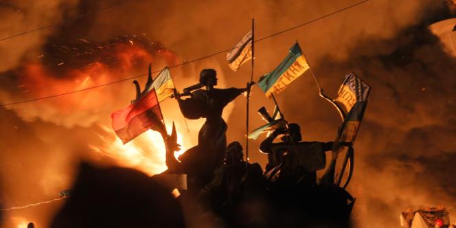 Le monument aux fondateurs de Kiev en feu, sur la place de l'Indépendance de la capitale ukrainienne, le 18 février.