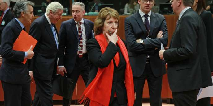Les ministres des affaires étrangères européens autour de la cheffe de la diplomatie européenne, Catherine Ashton, lors de la réunion d'urgence du 20 février.