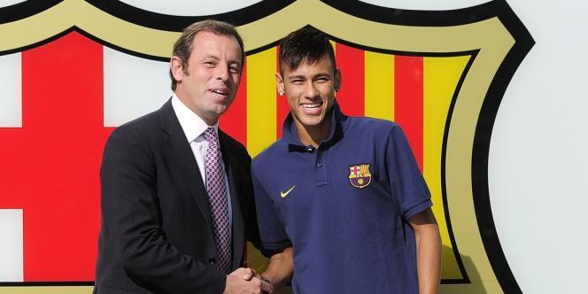 L'ex-président du FC Barcelone Sandro Rosell avec la recrue brésilienne Neymar.