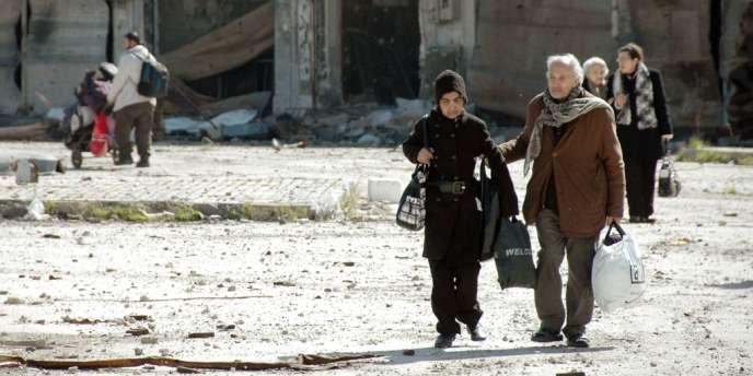 Le texte appelle « toutes les parties à lever immédiatement les sièges des zones peuplées » et cite une série de localités qui sont ainsi assiégées, dont Homs, le camp palestinien de Yarmouk et la Ghouta.