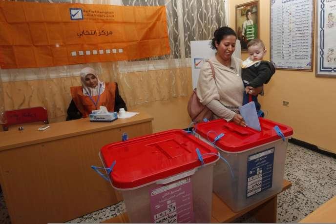 Dans un bureau de vote de Tripoli, le 20 février.