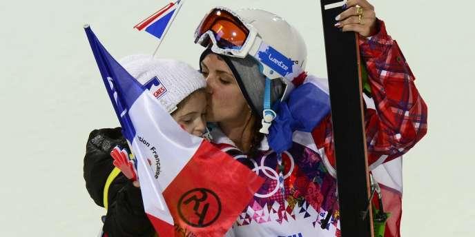 La Française Marie Martinod, médaillée d'argent en ski half-pipe, embrasse sa fille à l'issue de la compétition.