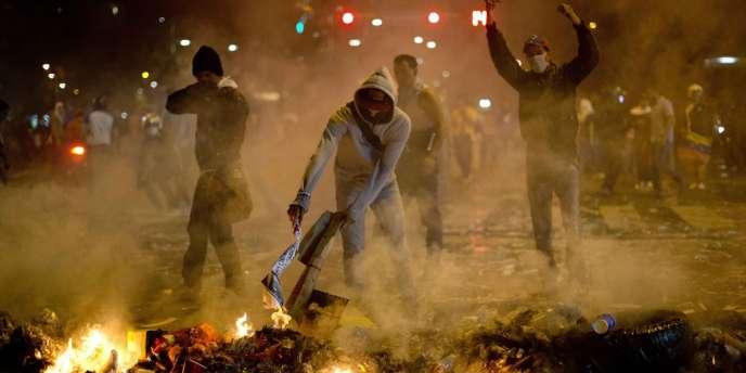 Les manifestants voulaient de nouveau bloquer une avenue dans le quartier de Chacao dans l'est de la ville, en brûlant des poubelles.