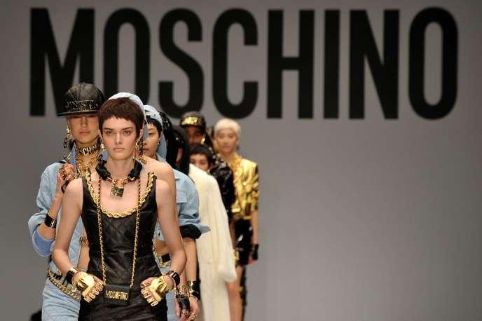 Le designer américain Jeremy Scott signe cette saison sa première collection à la tête du label fondé, en 1983, par Franco Moschino.